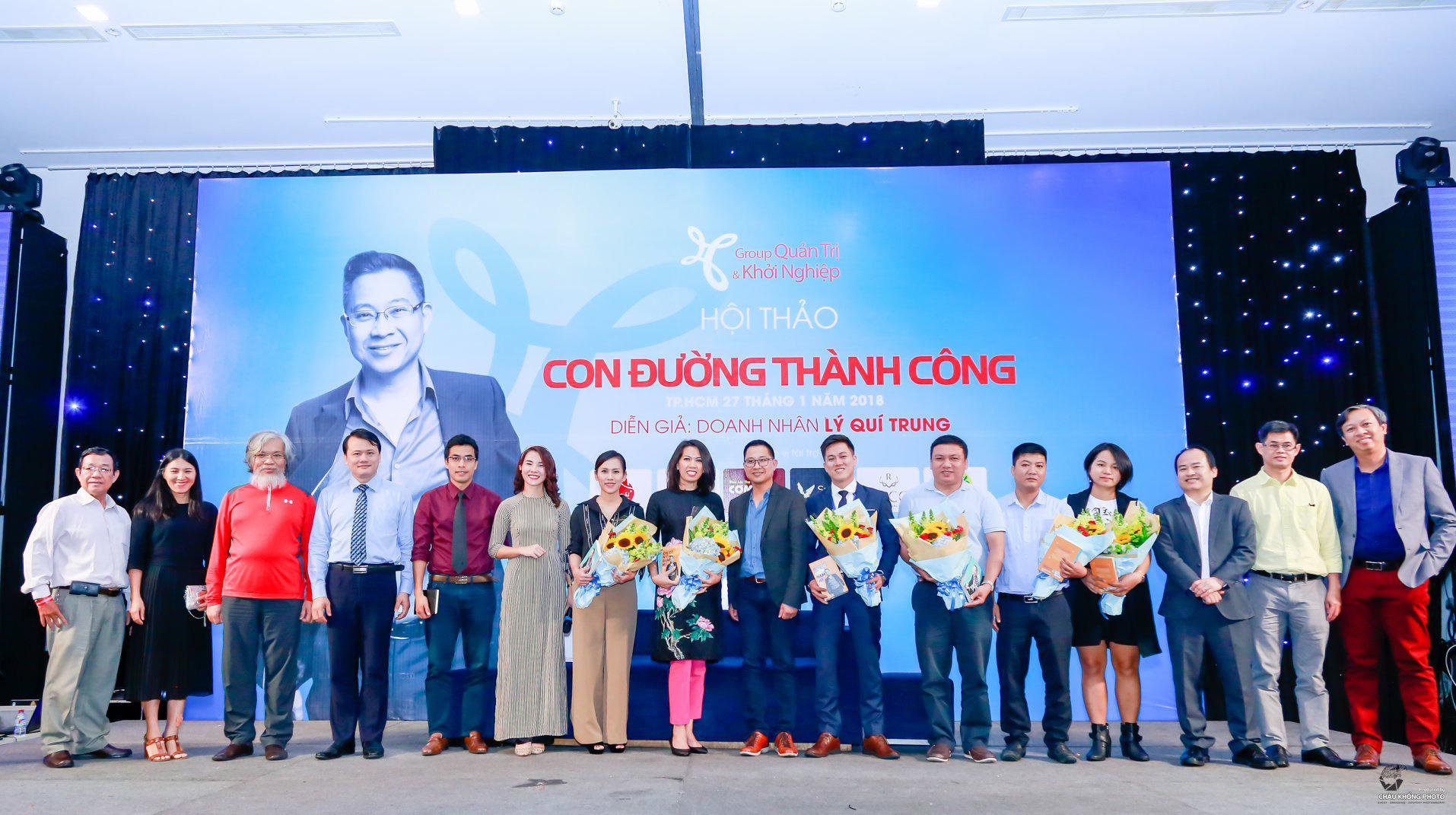 Doanh nhân Lý Quí Trung chụp hình cùng Ban Tổ Chức cùng các doanh nghiệp đồng hành sau buổi hội thảo