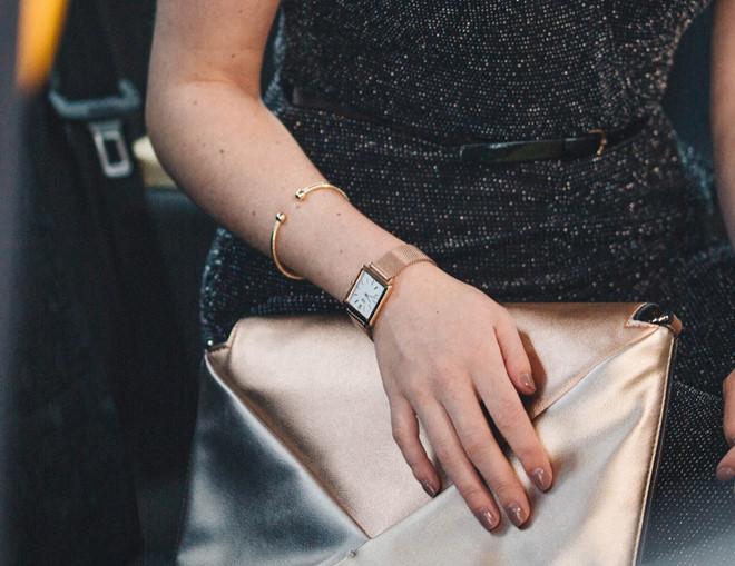 Nổi tiếng với dòng đồng hồ cổ điển cho phái nữ, bộ sưu tập Heritage square tạo ấn tượng từ kim đồng hồ trắng, ống kính vòm kép và dây thời trang thép nhuyễn Milan.
