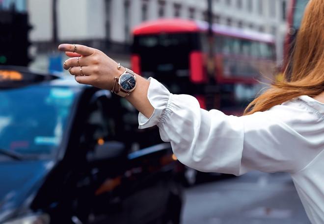 Bộ sưu tập Stratford mang đến những chiếc đồng hồ da thật đầy nữ tính với kích cỡ 34 mm, kim màu xanh lá cây, vỏ đồng hồ chế tác từ đá pha lê Swarovski trong suốt.
