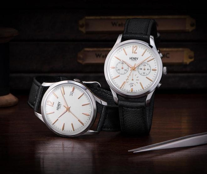 Những chiếc đồng hồ Highgate nổi bật với phần vỏ màu bạc và mặt đồng hồ màu vàng đồng, kết hợp dây đeo da màu đen sang trọng.